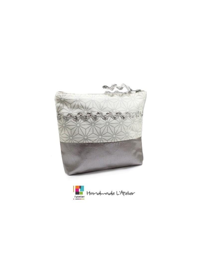 Trousse en tissu argenté