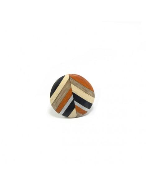 Collier court dans les tons beige, plumes, perles, accessoires argentés